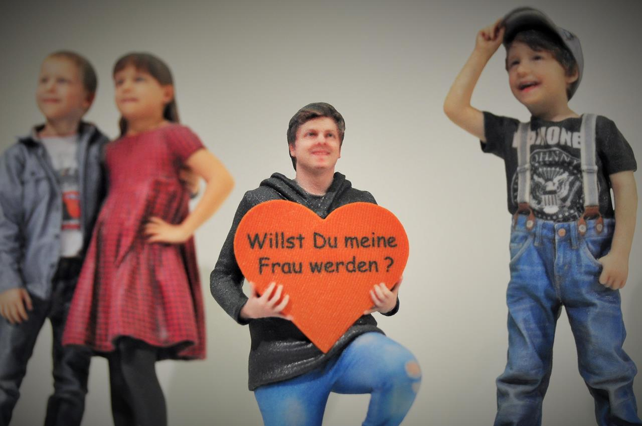 Figurenwerk Berlin: Heiratsantrag durch Mini-Me