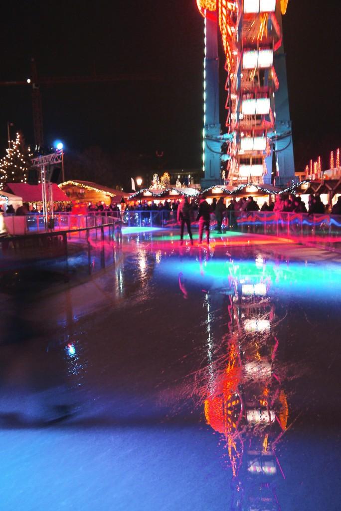 Weihnachtsmarkt Berlin: Eislaufen am Alexanderplatz