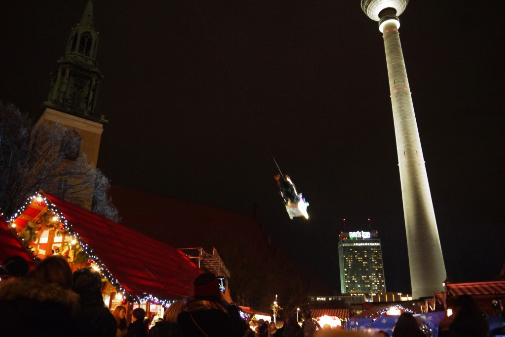 Weihnachtsmarkt Berlin: Schlitten über Weihnachtsmarkt am Alex