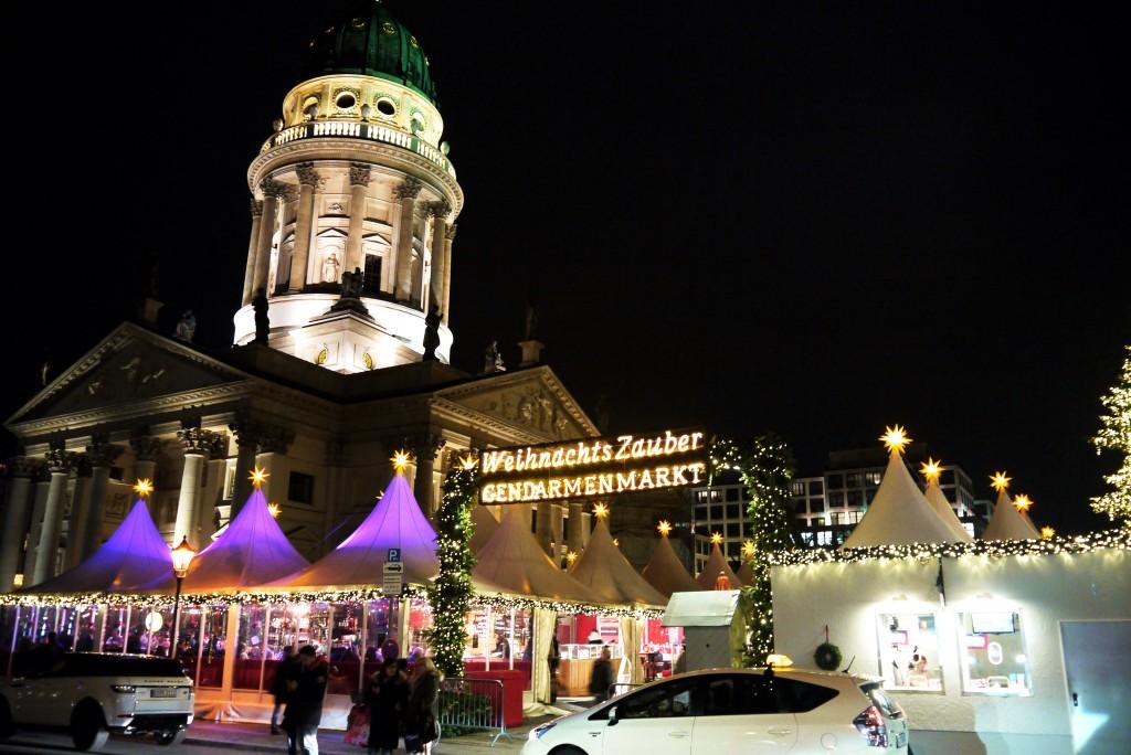 Der winterliche Ausblick auf den Weihnachtsmarkt am Gendarmenmarkt.