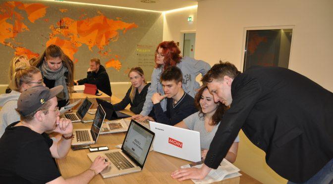 Redaktion Terminal Y bei der Arbeit im Newsroom