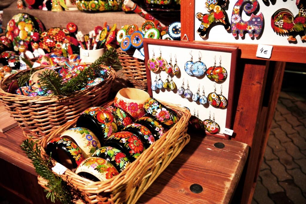 Weihnachtsmarkt Berlin: Bunte Holzdekoration