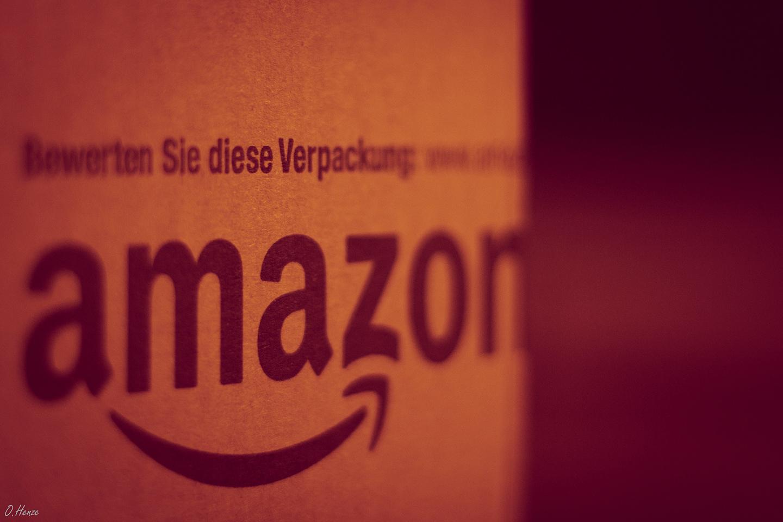 Amazon Paket liegt auf einem Tisch