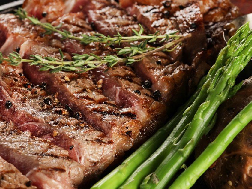 Paleo Diät: Fleisch und Gemüse stehen im Fokus