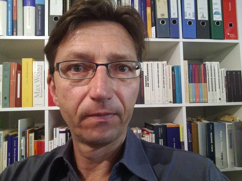 Prof. Dr. Thomas ist Prodekan des Fachbereichs Sport, Medien und Event an der University of Applied Sciences Europe